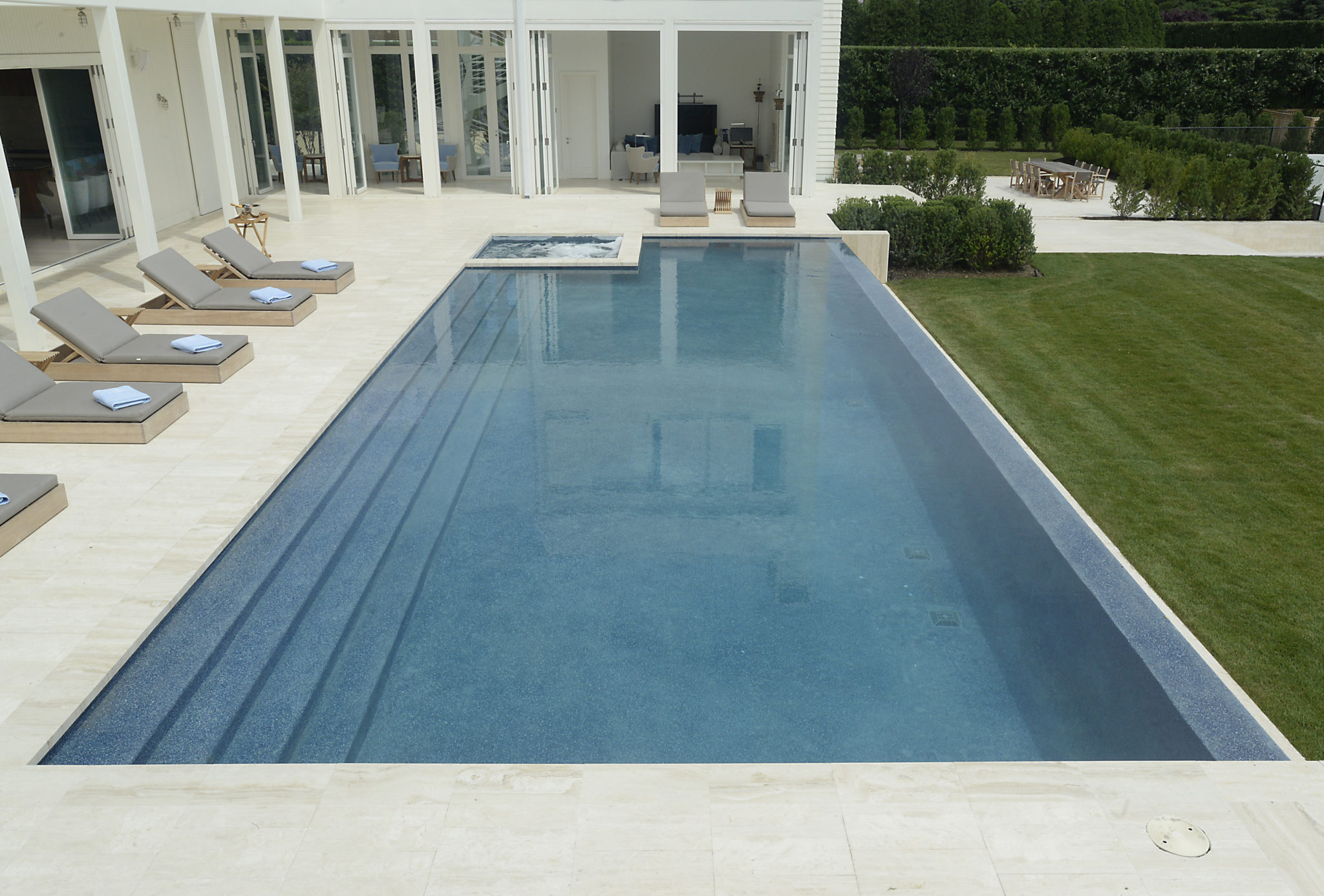 Award winning negative edge pool jack anthony swimming pools for Pool negative edge design